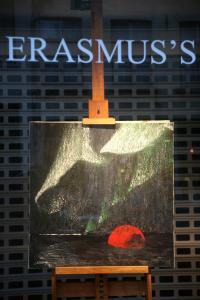 002 verena von lichtenberg eine kunstlerin aus paris sie ist in brugge mit ihren bilder in der galerie erasmus s utopian art galerie