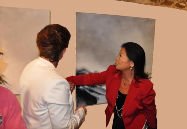 01 die malerin verena von lichtenberg und jeanne d hauteserre maire du 8e me arrondissement eine kunstausstellung in der eglise de la madeleine in paris