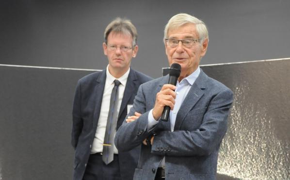 04aa l exposition d art de la champagne l adjoint au maire et le president reims tinqueux