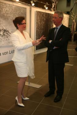 09 l exposition de peinture d art lumiere australe de l artiste peintre verena von lichtenberg a lestrem avec monsieur le maire monsieur hurlus jacques