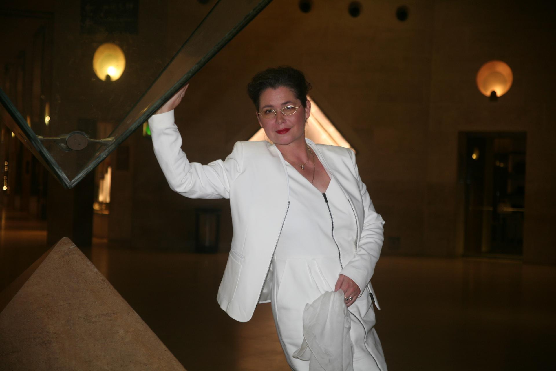 1 verena von lichtenberg artiste peintre a paris elle est au carrousel du louvre avec ses tableaux nord licht a l exposition d art de art shopping