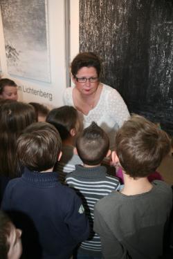 10 die malerin verena von lichtenberg und die kinder der schuler sie besichtigen die ausstellung lumiere australe