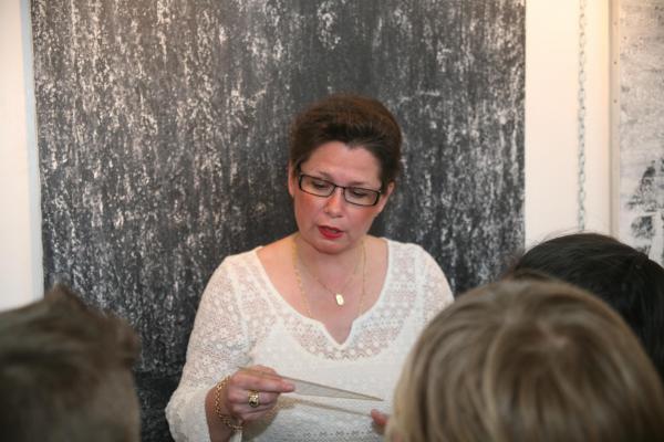 12 l exposition d art des tableaux et oeuvres d art lumiere australe de l artiste peintre verena von lichtenberg verena est avec les enfants des elcoles