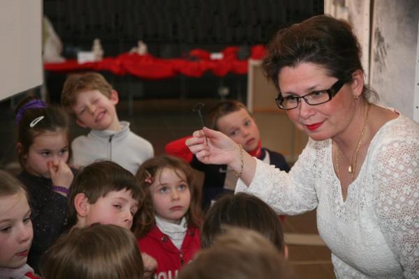 14 l exposition d art de peinture et oeuvres d art de l artiste peintre verena von lichtenberg verena est avec les enfants des ecoles