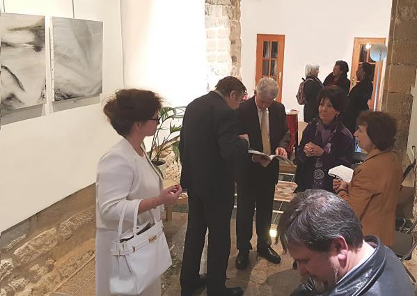 17 l artiste peintre verena von lichtenberg exposition d art galerie thuillier ici avec angel orensanz fondation orensanz et le pre sident de l acade mie arts science lettres franc