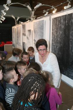 17 les peintures et tableaux d art de l exposition lumiere australe de l artiste peintre verena von lichtenberg elle est avec les enfants des ecoles