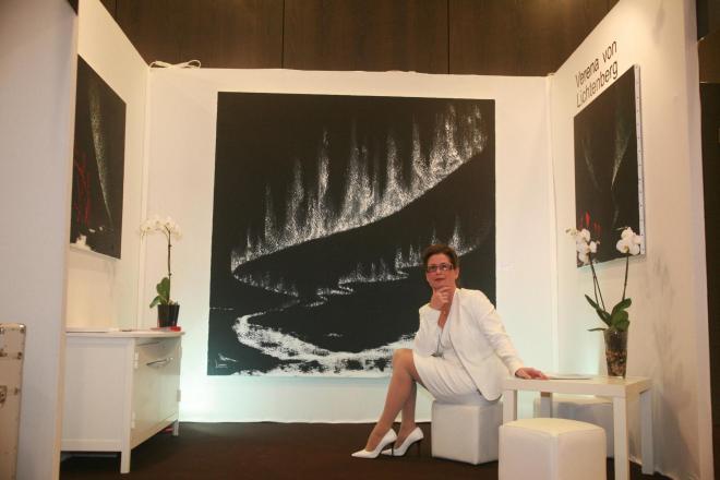 1a verena von lichtenberg artiste peintre au carrousel du louvre avec l exposition nord licht au salon d art art shopping