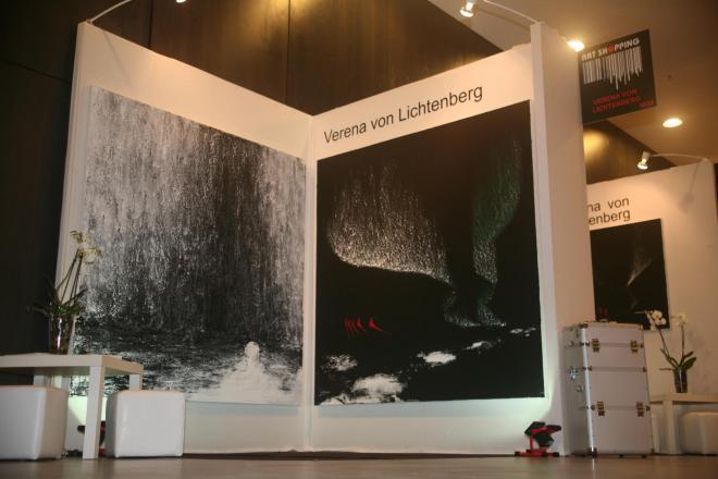 1b verena von lichtenbergune artiste peintre au carrousel du louvre avec ses tableaux et oeuvres d art de l exposition nord licht
