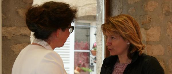 227 die kunstausstellung im museum pompon in der bourgogne der malerin verena von lichtenberg hier mit anne catherine loisier senateur maire de saulieu