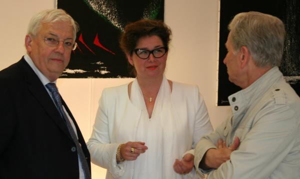 229 die kunstausstellung der malerin verena von lichtenberg hier mit pompon jean pierre pluyaud vice president de la casqy und jean pierre fougeray adjoint au maire de saulieu