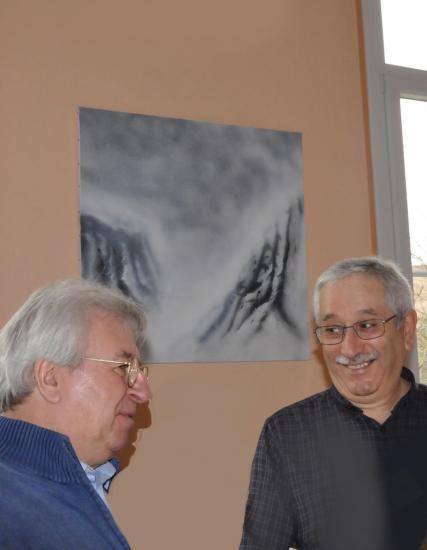 3 3 alain beral professeur d art devant les oeuvres et tableaux lyrique de l artiste peintre verena von lichtenberg 1