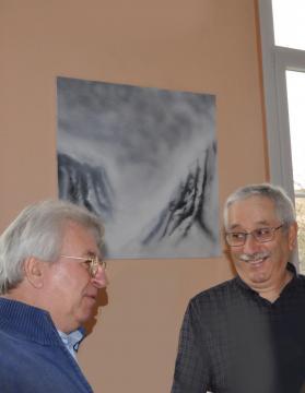 3 3 alain beral professeur d art devant les oeuvres et tableaux lyrique de l artiste peintre verena von lichtenberg