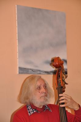 6 les tableaux et oeuvres de verena von lichtenberg ici avec un musicien deu groupe de maxime le forestier