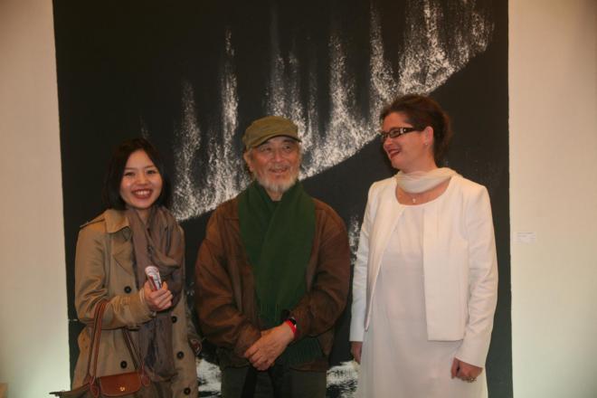 7d verena von lichtenberg artiste peintre au carrousel du louvre avec ses ouvres d art de l exposition nord licht et monsieur le president de jcaa japan