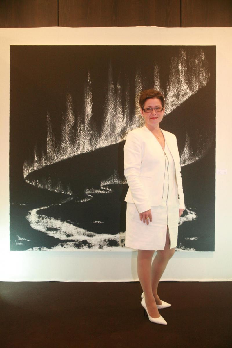 8a verena von lichtenberg artiste peintre a paris elle est au salon d art art shopping au carrousel du louvre a paris