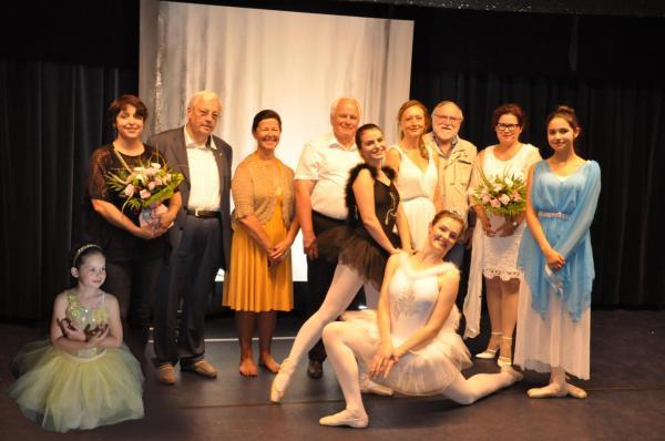 Die bilder der malerin verena von lichtenberg di im louvre waren im ballet schwanensee von buc versailles eine etwas andere austellung