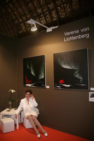 Die kunstlerin artiste peintre verena von lichtenberg ist in paris im grand palais mit ihren bildern und gemalden nord licht