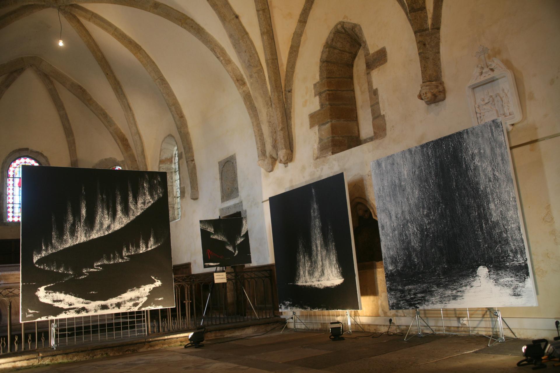 In der kunsthalle in saulieu die malerin und kunstlerin verena von lichtenberg mit ihren bildern bei anne catherine loisier senateur maire