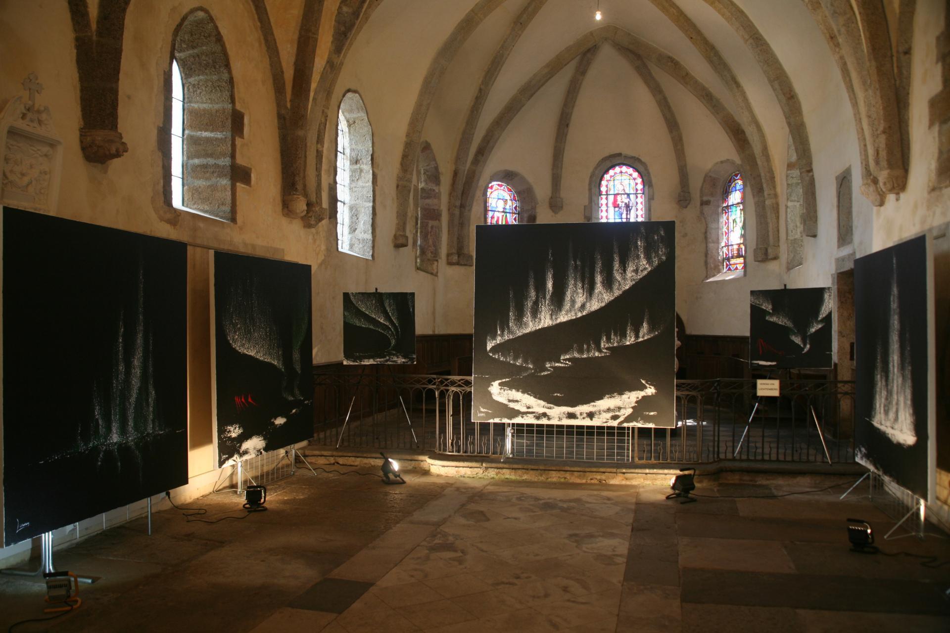 L artiste peintre verena v lichtenberg est a saulieu avec les oeuvres d art et tableaux de l exposition nl invitee anne catherine loisier sanateur maire