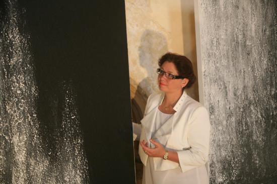 L artiste peintre verena von lichtenberg est apres l exposition d art de tokyo a saulieu en bourgogne avec les tableaux et toiles nord licht