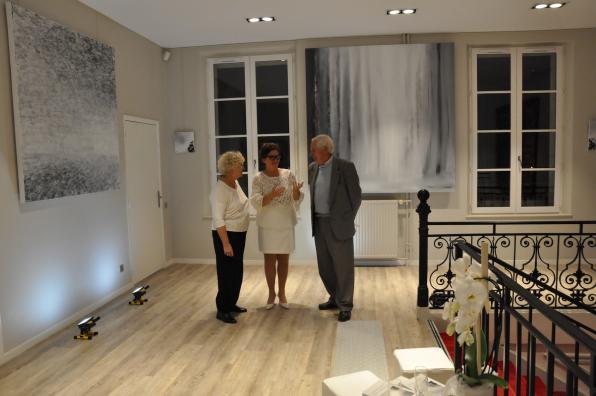 L artiste peintre verena von lichtenberg et le pere de la 1er adjointe au maire de buc juliette espinos une exposition d art et de peinture