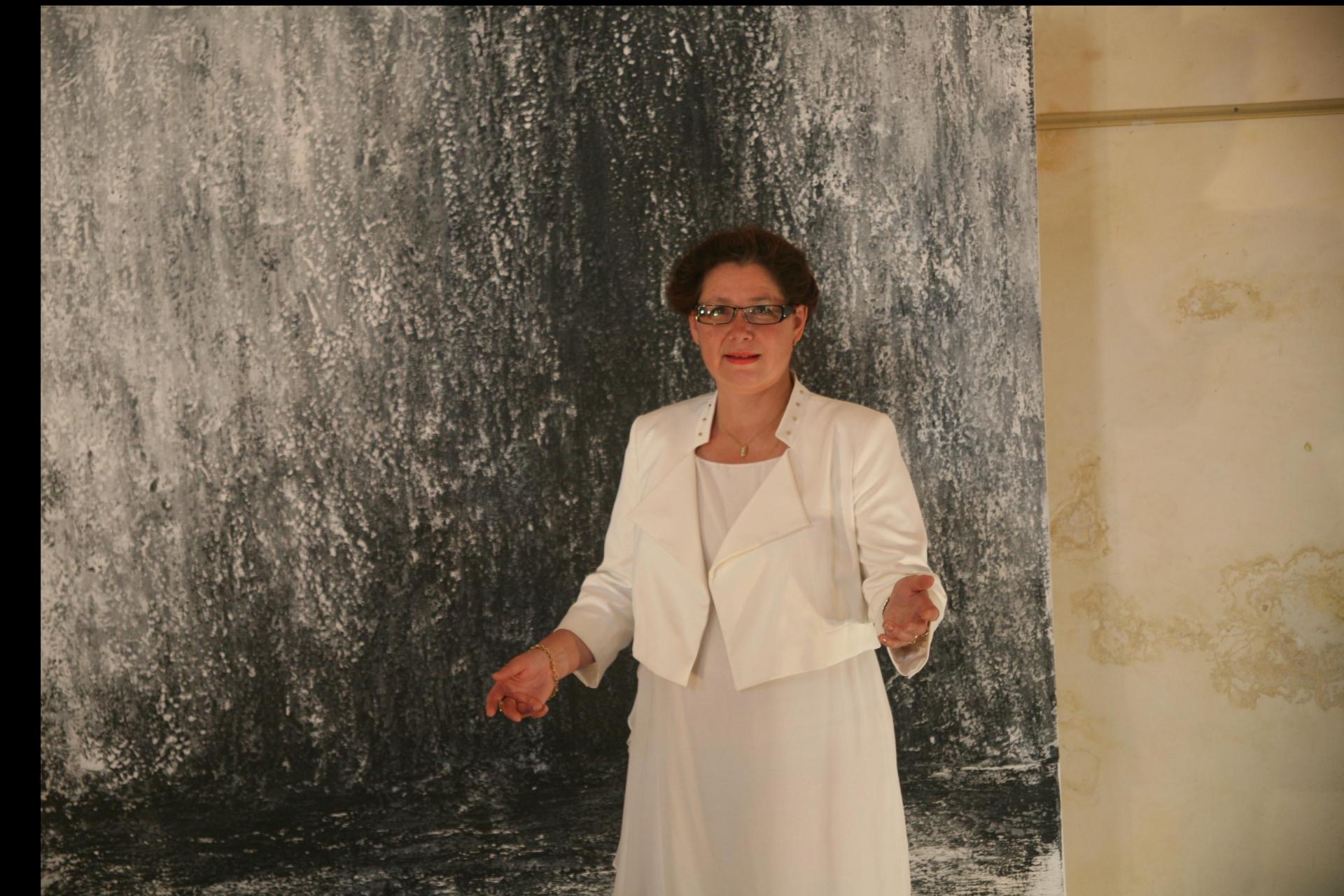 L artiste peintre verena von lichtenberg presente ses oeuvres d art a saulieu a l eglise st saturnin a anne catherine loisier senateur maire en bourgogne