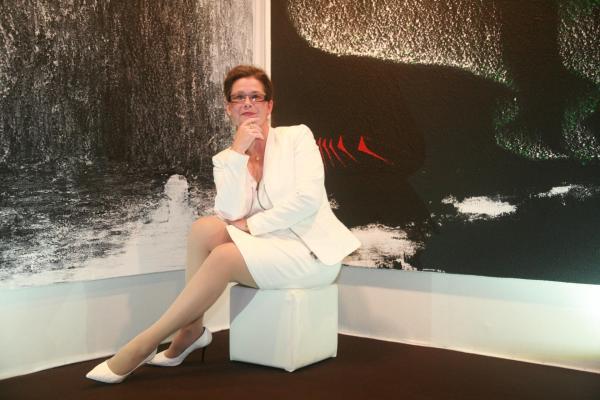 Verena von lichtenberg artiste peintre a paris devant ses oeuvres d art et de peintures nord licht au louvre de paris