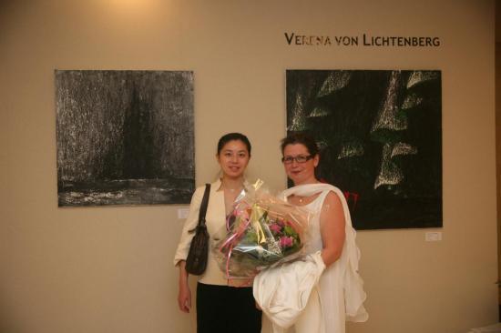 verena-von-lichtenberg-artiste-peintre-au-carrousel-du-louvre-avec-nord-licht.jpg